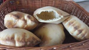 Арабский хлеб, который традиционно используют для наполнения мясом или овощами – пита.